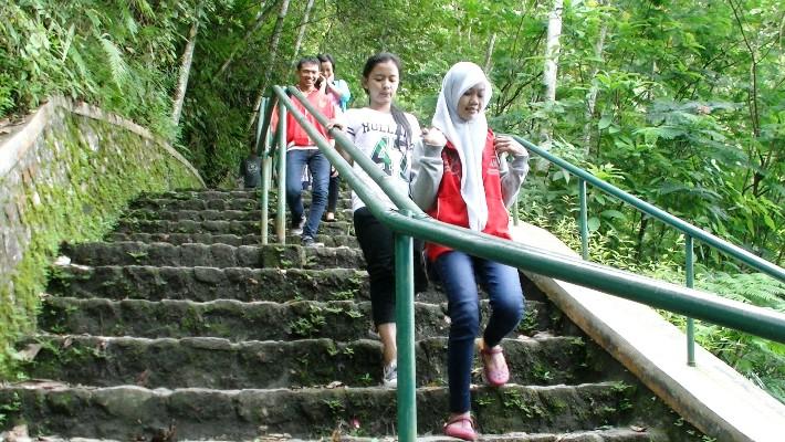 Untuk mencapai air terjun yang indah, pengunjung harus melewati tantangan:  menuruni 960 anak tangga. (foto: Danu Sukendro)