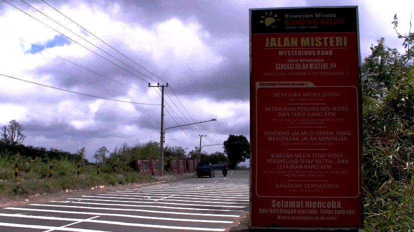 Pengelola wisata memasang board penanda mysterious road dan marka sepanjang 100 meter. (foto: Danu Sukendro)