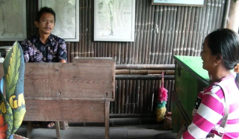 Wahyu saat menerim pasien di klinik bambunya. (foto: Danu Sukendro)