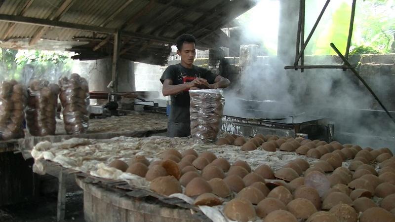 H Abdul Karim mengambil tenaga kerja dari lingkungan sekitar Slumbung. (foto: Danu Sukendro)