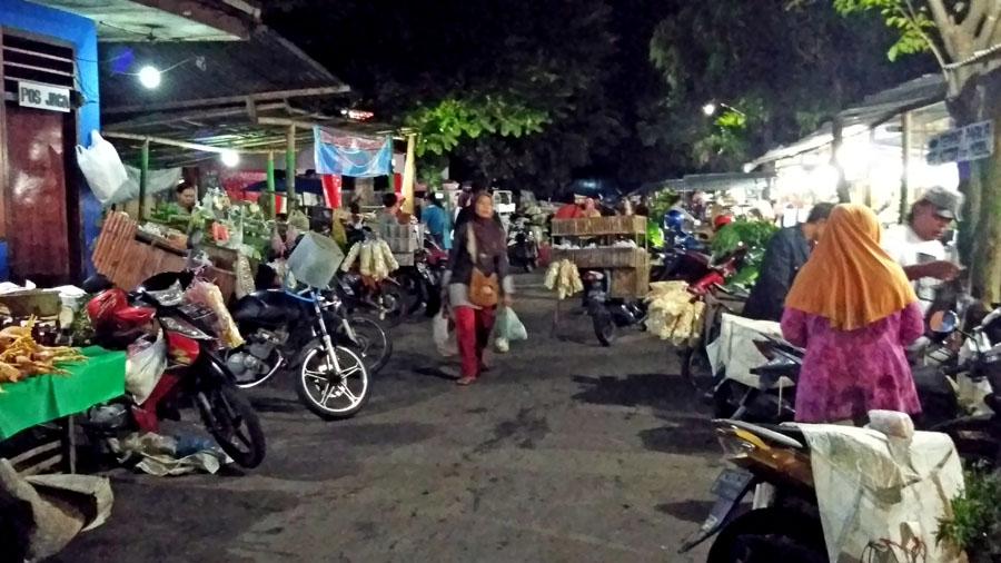 Penjual sayur keliling mulai memenuhi Pasar. (Foto : Fatikhin)